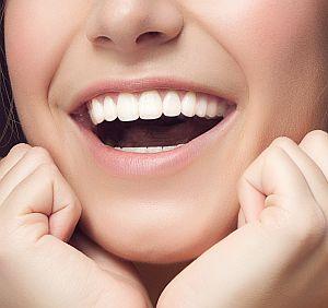 Zähne einer jungen Frau