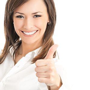 Junge Frau zufrieden mit Zahnzusatz