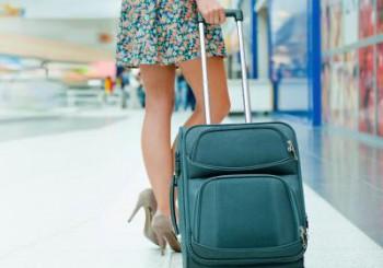 Reiseversicherung Test: Junge Frau mit Koffer