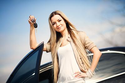 Frau mit Autoschlüsseln in der Hand - Kfz Test