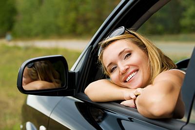 Junge Frau im Auto - gute Autoversicherung inkl.